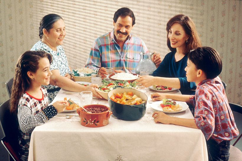 1280px-family_eating_meal